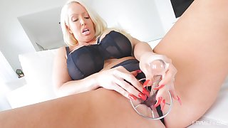 Solo hottie Alura pleases her tight pussy anent sex toys
